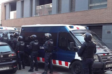 Los Mossos desalojan el edificio okupado de la Llagosta sin incidentes