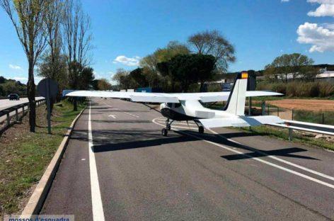 Una avioneta realiza un aterrizaje de emergencia en la AP-7, en Cardedeu