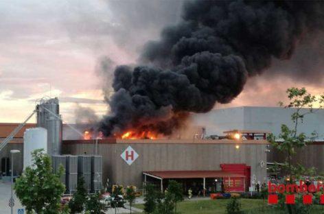 Importante incendio en la fábrica de Coca-Cola en Montornès