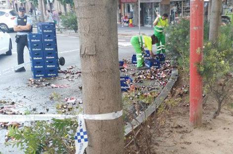 Un camión cargado de cerveza pierde parte de su carga en una céntrica calle de Mollet
