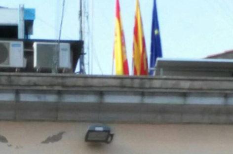 El Ayuntamiento de la Garriga vuelve a colocar la bandera española pero la traslada a la azotea