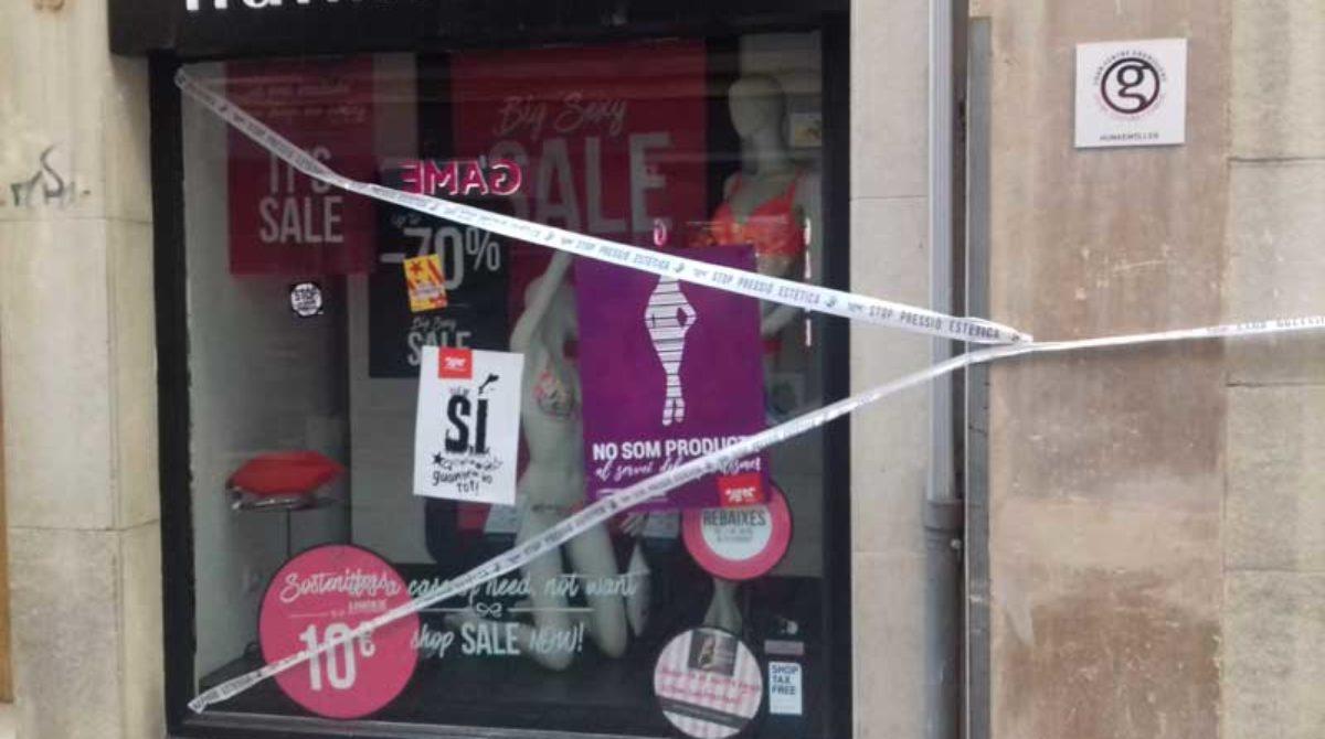 """Decenas de comercios del centro de Granollers """"ensuciados"""" por una campaña de los jóvenes de ERC contra el uso del cuerpo femenino"""
