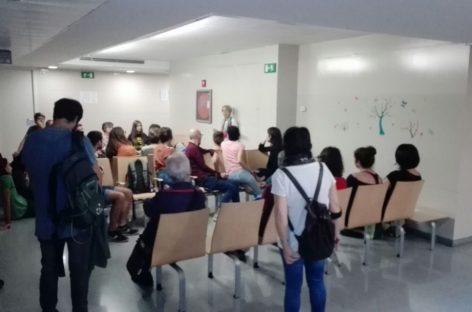 Los Mossos avisan a los ocupantes de las escuelas que deben abandonarlas antes de las seis de la mañana