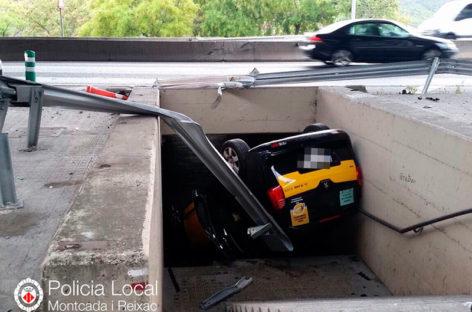 Un taxi se precipita sobre un paso subterráneo en Montcada i Reixac