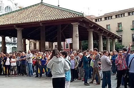 Miles de personas se concentran ante los ayuntamientos y los centros de trabajo en protesta por la violencia policial del domingo