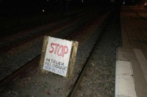 """Colocan obstáculos en la vía del tren entre Cardedeu y Llinars para pedir la liberación de los """"presos políticos"""""""