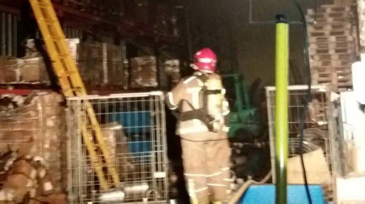 Dos trabajadores heridos en el incendio de una empresa de Montornès