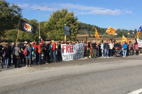 """Cortan la entrada principal de La Roca Village para pedir la libertad de los """"presos políticos"""""""