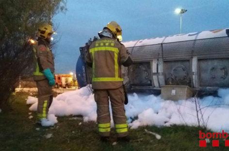 Un camión cisterna vuelca en Montornès provocando una pequeña fuga de acetona
