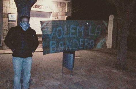 Concentración delante del Ayuntamiento de Martorelles para pedir que se vuelva a colocar la bandera española
