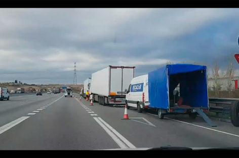 Los Mossos investigan un nuevo episodio de pinchazos masivos de camiones en la AP7