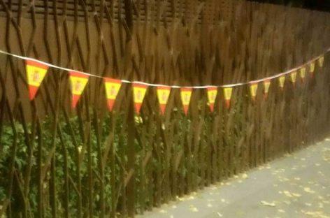 Quitan los lazos amarillos colocados en el parque de Can Mulà de Mollet y los sustituyen por banderolas españolas