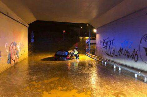 La policía de Parets rescata a una vecina de Montmeló atrapada por el agua bajo un puente