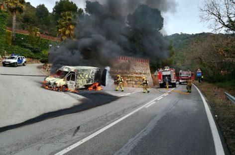 Un hombre resulta herido al incendiarse su furgoneta en la B-500, a la altura de Sant Fost