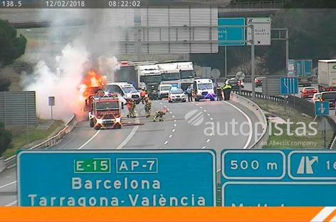 Espectacular incendio de un camión en la AP-7, a la altura de Mollet