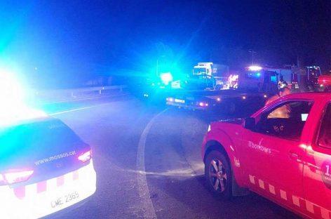 Un hombre y un menor que viajaban en moto fallecen al chocar contra un camión en la Roca