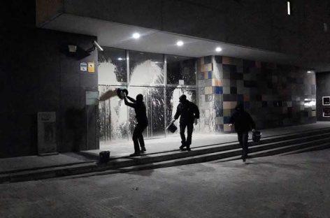 """Un grupo radical ataca con pintura el juzgado de Granollers para protestar por los """"presos políticos"""""""