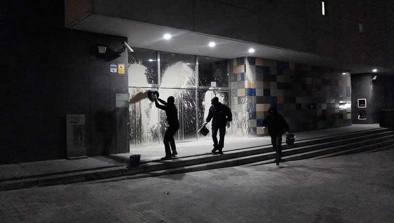 Un grupo radical ataca con pintura el juzgado de for Juzgados de granollers
