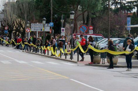 Despliegan en Caldes una bufanda amarilla de 2 quilómetros para pedir la libertad de los políticos presos