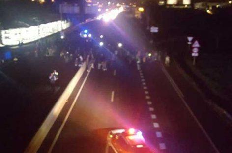 Un centenar de personas cortan la C-17 en Parets por la detención de Turull