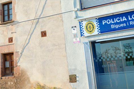 La policía de Bigues i Riells detiene a cuatro personas que acababan de entrar en una casa para robar