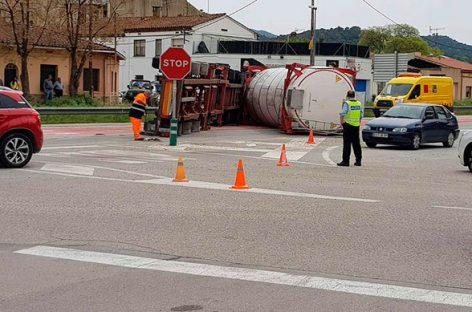 Dos heridos en Sant Celoni en un choque entre un camión cisterna y dos coches