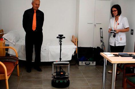 El Hospital de Granollers experimenta con éxito el uso de robots para ayudar a 24 pacientes del geriátrico