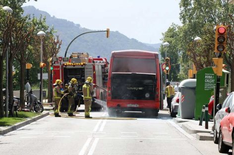 Un autobús de línea de la empresa Sagalés se incendia al pasar por el centro de la Llagosta