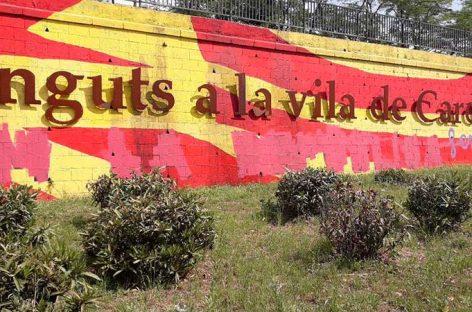 Unos desconocidos repintan el mural independentista de la entrada de Cardedeu