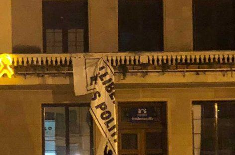 """Unos desconocidos descuelgan la pancarta de """"Libertad presos políticos"""" del Ayuntamiento de la Garriga"""