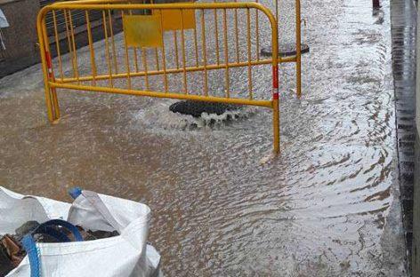 La lluvia torrencial provoca el hundimiento de una casa en Mollet y problemas viarios en Parets