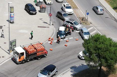 Un camión de butano pierde bombonas en medio de la Ronda Sud de Granollers y provoca dos accidentes