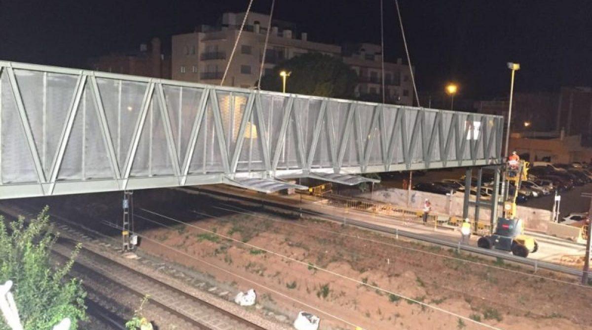 Instal·lada a Granollers la nova passera damunt de les vies del tren