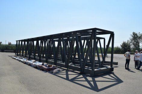 La matinada de dissabte a diumenge s'instal·la a Granollers el nou pont per a vianants sobre la via del tren