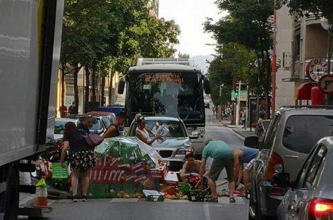 Un camión pierde su carga de fruta en el centro de Mollet y provoca un gran atasco