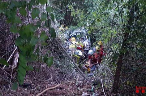 Los bomberos rescatan a una mujer de Sant Feliu que se despeñó por un barranco con su coche