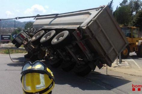 Espectacular accidente de un camión en la carretera de Vilanova del Vallès