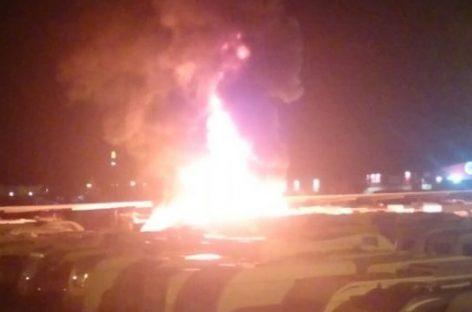 Un incendio calcina varias caravanas y coches en un aparcamiento de Montcada