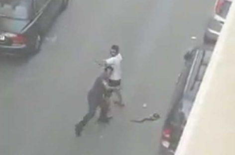 Video: Pelea a cadenazos en mitad de una calle de la Llagosta