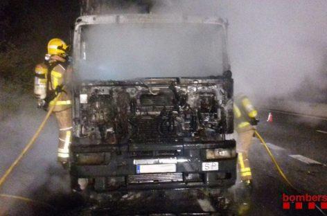 Se incendia completamente un camión en la C-17, en Tagamanent