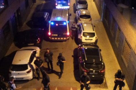 La familia conflictiva de la Llagosta recoge sus enseres de los pisos que ocupaban con acompañamiento policial