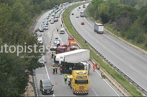 Dos muertos y un herido grave en la AP-7 en Vallgorguina al chocar un camión y un turismo