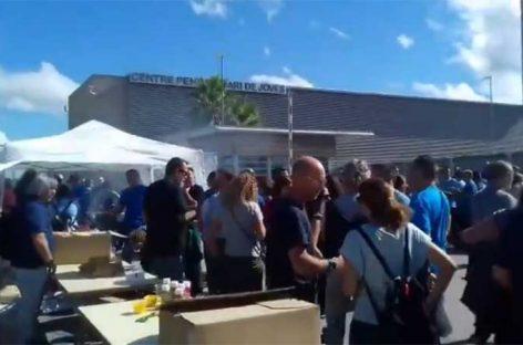 Centenares de funcionarios protestan en Quatre Camins contra las agresiones que sufren por parte de los presos