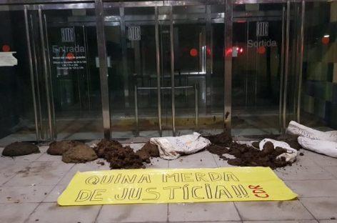 Los CDR llenan de estiércol la entrada de los juzgados de Granollers