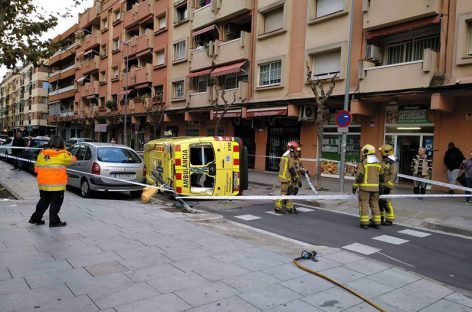 Cuatro heridos leves al chocar un coche y una ambulancia en el centro de la Llagosta