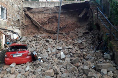 Un muro se cae sobre dos vehículos en Santa Maria de Martorelles