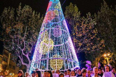 L'encesa de l'arbre i els llums dels carrers donen la sortida a les festes de Nadal a Granollers