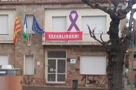 Piden la aplicación del 155 en la fachada del Ayuntamiento de Martorelles