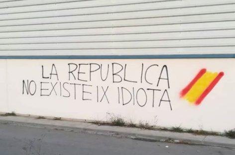 """Realizan en Mollet decenas de pintadas con la frase """"La república no existe, idiota"""""""