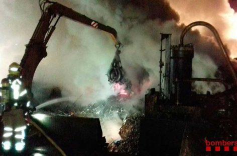 15 unidades de bomberos siguen trabajando este martes en el incendio de Sant Celoni
